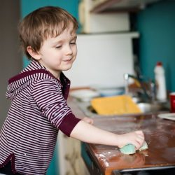 Dječak pomaže u kućnim poslovima